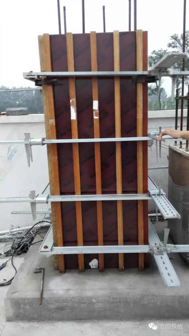 方圆新型方柱加固件,方柱支模神器,一棵方柱加固仅需20分钟,在竞争激烈的建筑市场,效率、价格是很多施工单位最关心的问题,尤其是最常见的方柱施工方面。方圆模具方柱模板系列产品以优质桦杨木做基板,外覆PP塑料膜,具有木制模板和塑料模板的优质特性主龙骨木枋用进口酚醛胶粘合,加以钢钉固定,形成强有力的木枋支撑,从而与卡箍配合固定方柱模板进行混凝土浇筑。  如此优秀的方柱模板再配合方圆新型方柱加固件,首创PP覆塑新型方柱技术打造方柱专用模板,只需两人就能方便的对方柱建筑模板进行紧固。将两块卡板相对的放置在已经搭建好