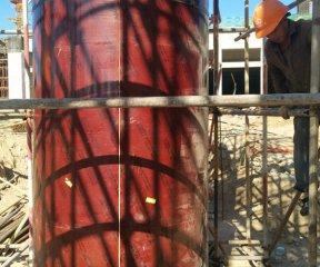 使用圆柱木模板取代钢模板仅是因为它重量轻吗